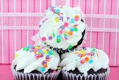 Cupcakes de fiesta delante de regalo — Foto de Stock