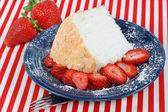 Ängel mat kaka och jordgubbar — Stockfoto