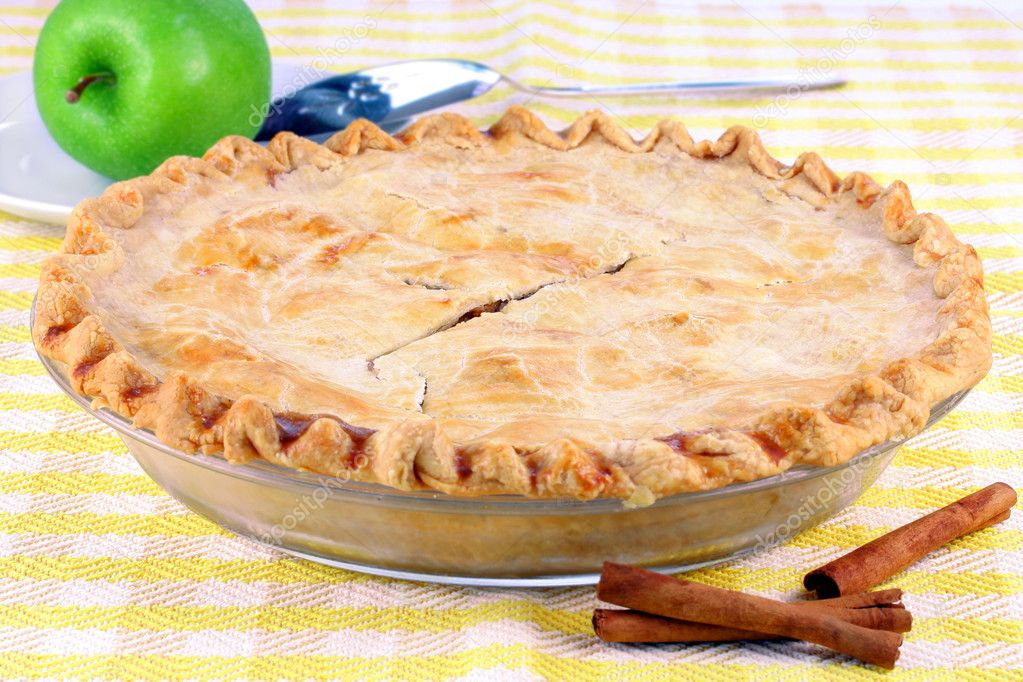 One whole homemade apple pie with cinnamon sticks and a granny smith apple to the side. — Stock Photo #2845395