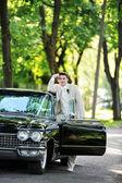 Bruidegom in de buurt van auto — Stockfoto
