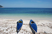 Two kayaks lying on the beach — Stock Photo