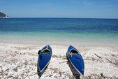 Two kayaks lying on the beach — Stock Photo