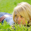 Blond woman in grass — Foto de Stock