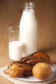 Buns and milk — Stock Photo