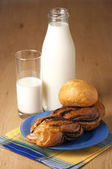 Milk and buns — Stock Photo