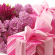 Pink gifts and chryzanthemiums — Foto Stock