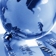 Credit cards and globe — Stockfoto