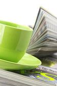 Tidningar och kaffekopp — Stockfoto