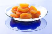 сушеные абрикосы на плите — Стоковое фото