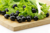 Black olives and greens — Stockfoto