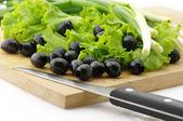 Zwarte olijven en groenen — Stockfoto