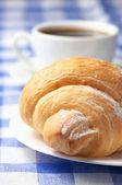 Croissant och svart kaffe — Stockfoto