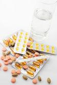 Comprimidos, termômetro e água — Foto Stock