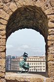 Brąz kogut w oknie castel — Zdjęcie stockowe