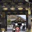Women in kimono enters to Nijo castle — Stock Photo