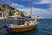 Barco en el puerto de symi, grecia — Foto de Stock