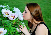 Girl is smelling flowers — Stock Photo