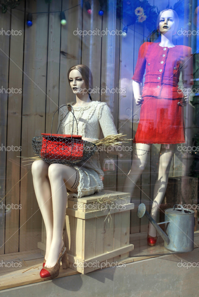 Two beautiful dummies in a shop show-window — Stock Photo #3027251