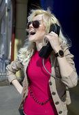 電話の受話器を持つ女性 — ストック写真