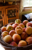 A Basket Full of Peaches Sitting on Coun — Stock Photo