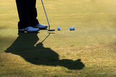 Golfer Practices His Putt — Stockfoto