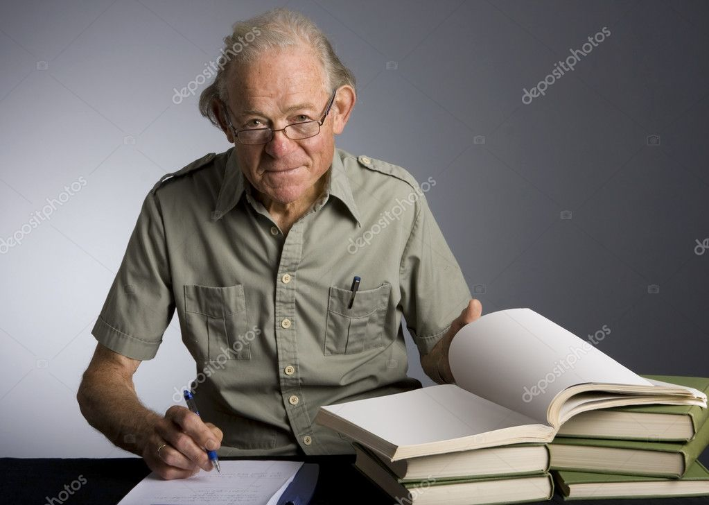 Studio photo of scholarly mature caucasian male taking noted from textbooks. — Stock Photo #2874914