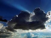 Cloud tegen blauwe hemel — Stockfoto
