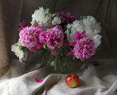 Flowers and apple — Stock Photo