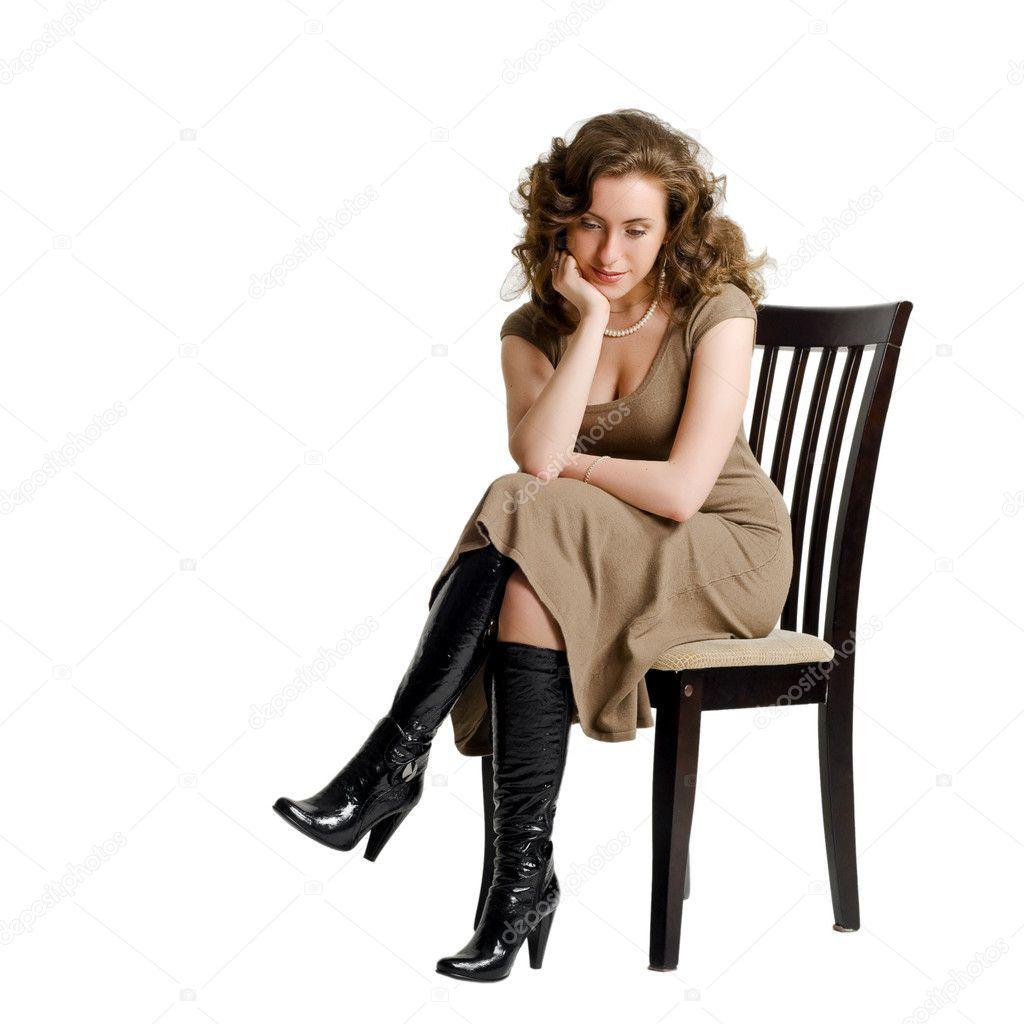 Une jeune femme triste assis sur une chaise photographie for Abdos assis sur une chaise