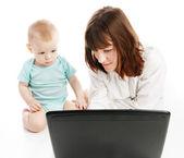 Lycklig familj med laptop — Stockfoto