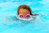 游泳的小女孩 — 图库照片