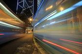 ônibus em alta velocidade pela rua a noite. hong kong, ch — Foto Stock