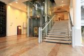 电梯和楼梯 — 图库照片