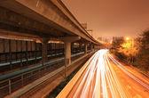 Snelweg met de brug en het treinstation — Stockfoto