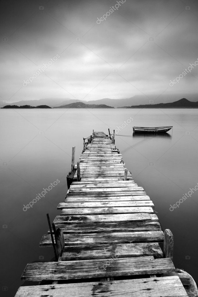 Looking over a desolate peer and a boat, black and white — Stock Photo #2784566