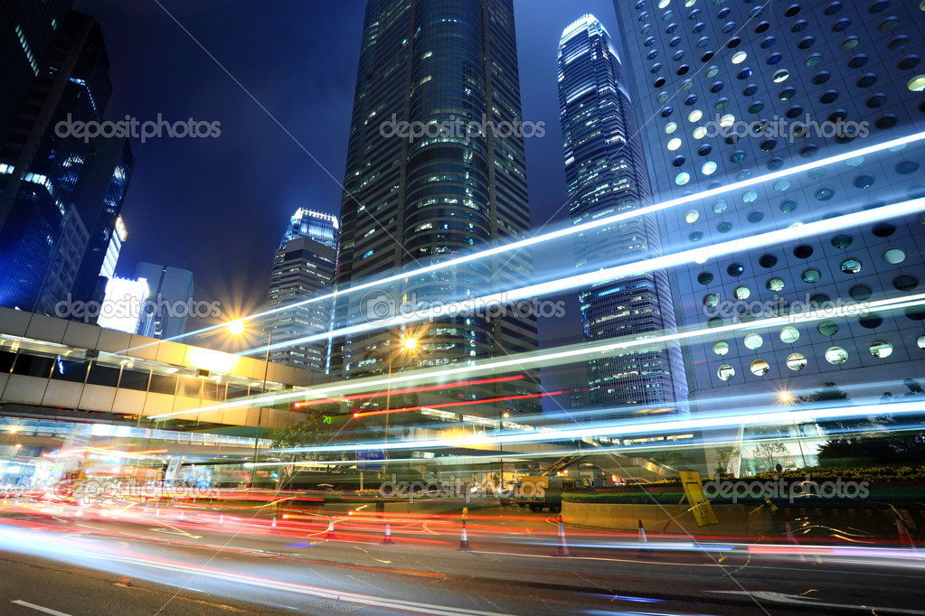 Skyscraper with cars motion blurred in Hong Kong — Stok fotoğraf #2785580