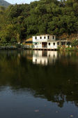 Casa accanto a un lago — Foto Stock