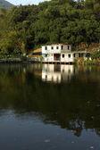 在湖边的房子 — 图库照片