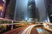Verkehr in der stadt bei nacht — Stockfoto