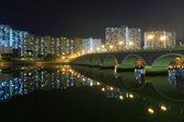Brücke und mehrfamilienhäuser — Stockfoto