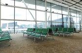 空港で待っているホールのベンチ — ストック写真