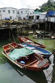 高床式の家と古いボート tai o 釣り村 — ストック写真