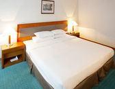 Double bed in a confortable hotel room — Stock Photo
