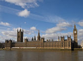 Houses of parliament on thames river — Stockfoto