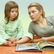 Mum reads a fairy tale to the child — Stock Photo