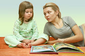 Mum reads a fairy tale to the child — Foto de Stock