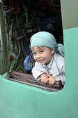 La chica en una locomotora a vapor — Foto de Stock