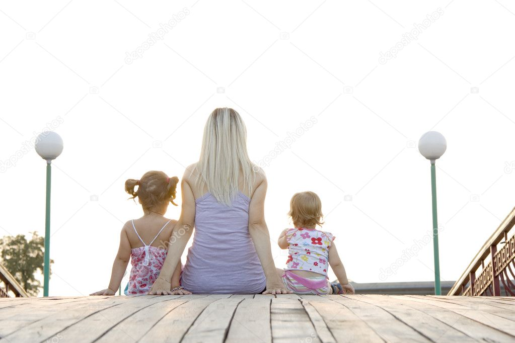 Mum to daughters sit next in the summer evening and admire a decline — Foto de Stock   #3730065