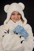 Polar bear with a present smiling — Stock Photo