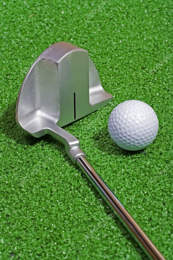 A golf ball sits beside a putting club on the green. — Foto Stock #2744054
